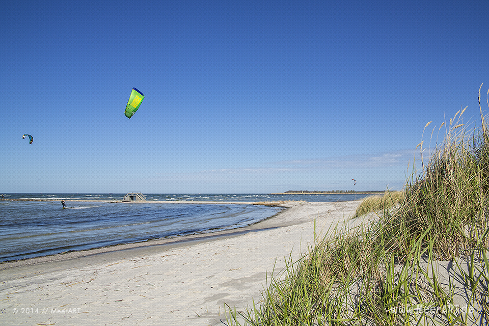 Kitesurfer auf der Ostsee in der Kieler Förde am Strand von Stein // Foto: MeerART