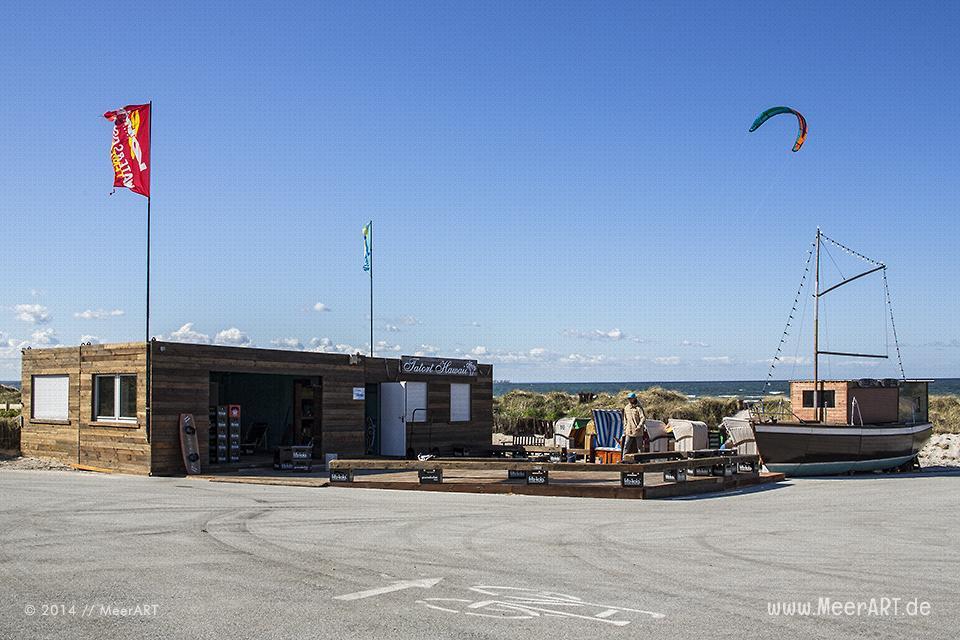 """Bei der Surfschule """"TATORT HAWAII"""" am Strand von Stein werden Vorbereitungen auf die Saison getroffen // Foto: MeerART"""