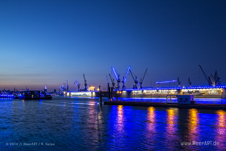 "Die Lichtinstallation ""BLUE PORT"" von Michael Batz in Hamburg // Foto: R. Kerpa"