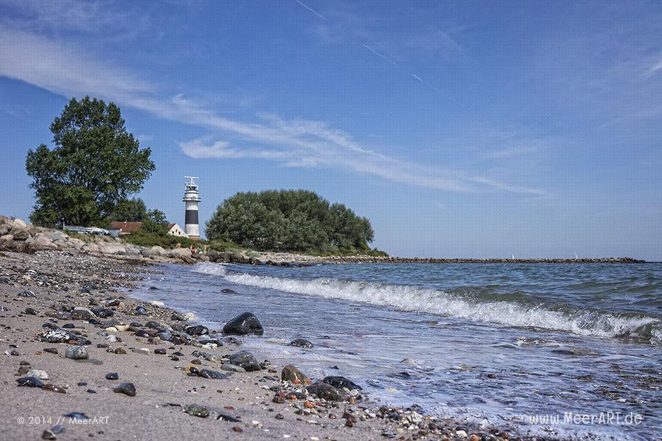 """Der 1807 von den Dänen erbaute Leuchtturm auf der """"Bülker Huk"""" in der Kieler Förde bei Strande // Foto: MeerART"""