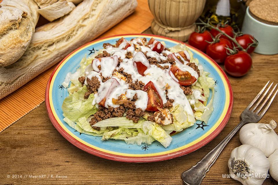 Rezept-Tipp: Salat mit Feta und Hack dazu Baguette // Foto: R. Kerpa