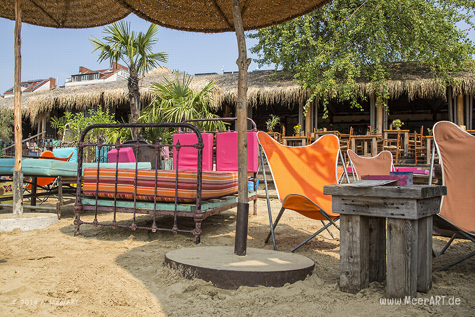 """Einer der schönsten Beach Clubs in Hamburg, die zum chillen nur so einladen, ist eindeutig """"StrandPauli"""" // Foto: MeerART"""