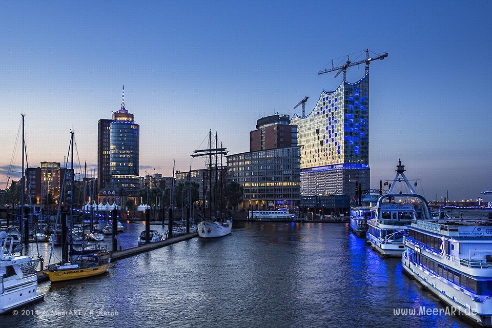 """Die Lichtinstallation """"BLUE PORT"""" von Michael Batz in Hamburg // Foto: MeerART"""