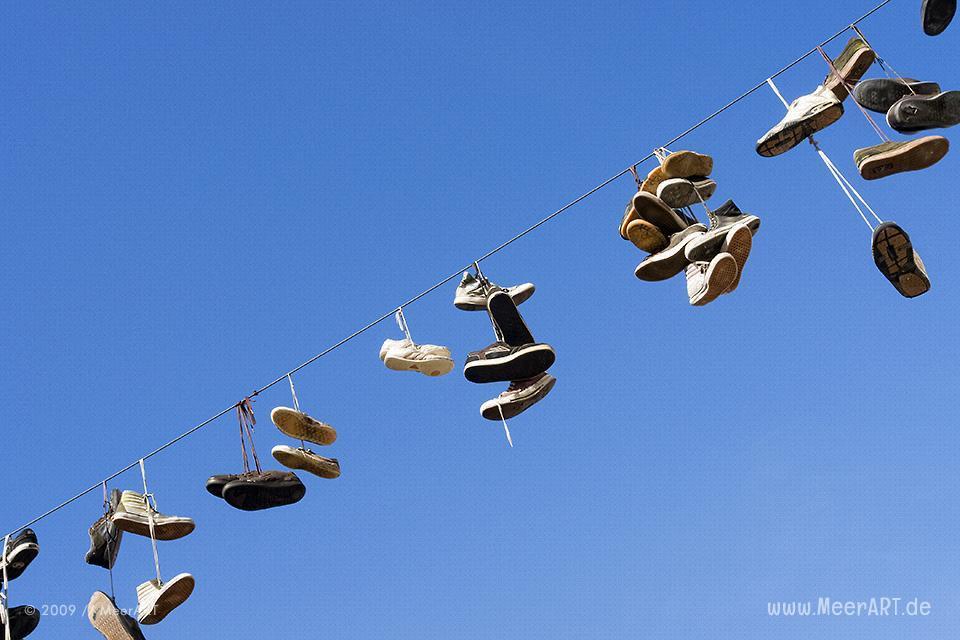 Schuhe auf einem Drahtseil in Flensburg // Foto: MeerART