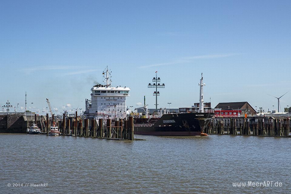 """Der Tanker """"COVADONGA"""" (IMO 9000489) verlässt am 27.08.2014 die Schleuse vom Nord-Ostsee-Kanal in Brunsbüttel // Foto: MeerART"""