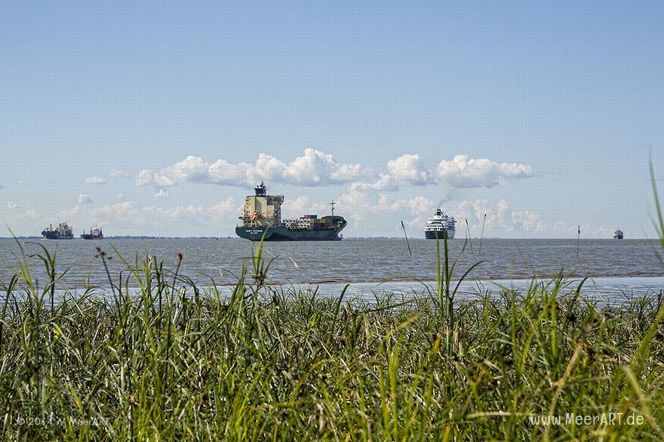Schiffe in Warteposition vor der Schleuse zum Nord-Ostsee-Kanal in Brunsbüttel // Foto: MeerART