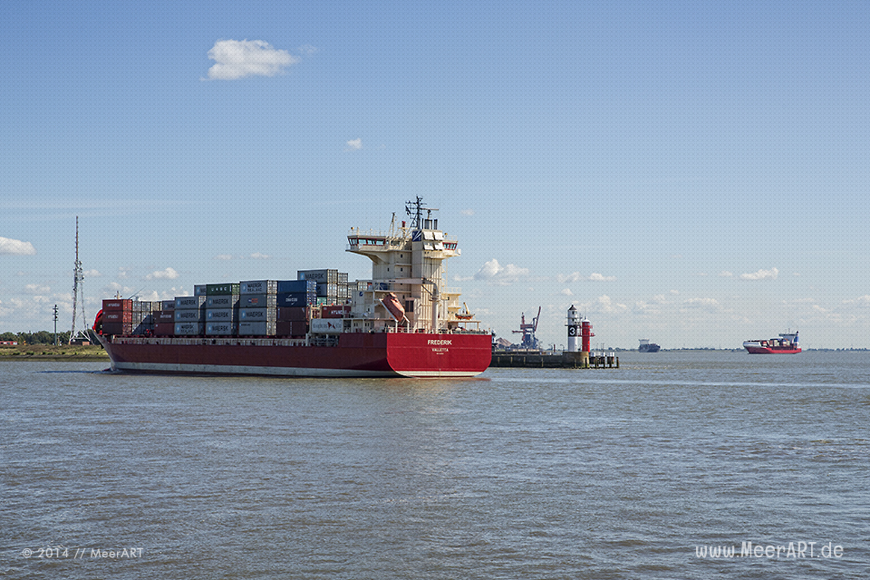 """Das Feederschiff """"FREDERIK"""" läuft am 27.08.2014 die Schleuse zum Nord-Ostsee-Kanal in Brunsbüttel an // Foto: MeerART"""