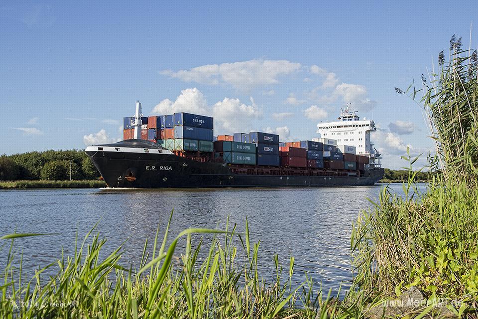 """Das Containerschiff """"E.R. RIGA"""" (IMO 9448669) am 27.08.2014 im Nord-Ostsee-Kanal auf der Höhe von Ecklak // Foto: MeerART"""