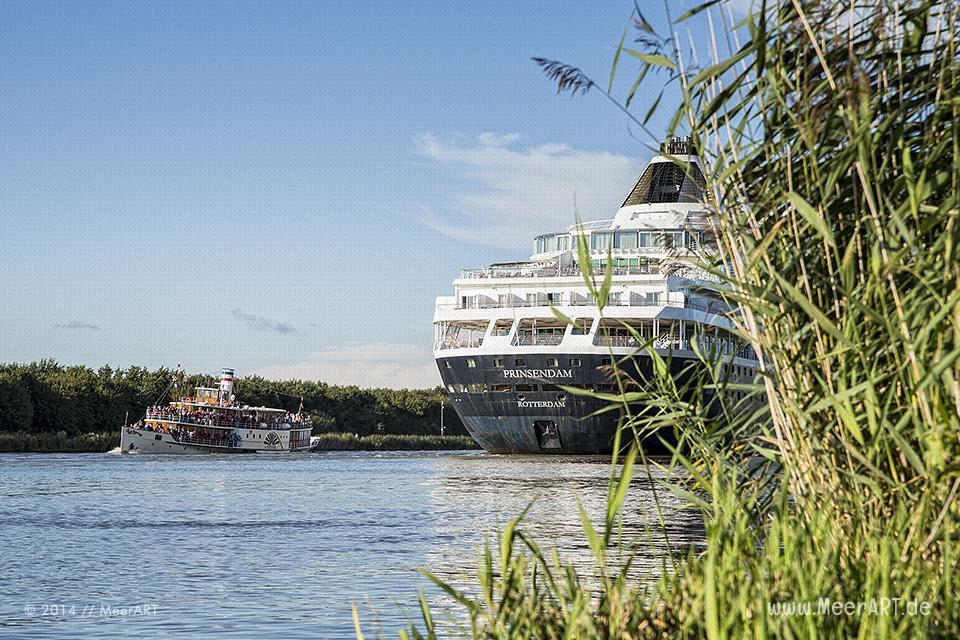 """Das Kreuzfahrtschiff """"PRINSEDAM"""" im Nord-Ostsee-Kanal und er Raddampfer """"FREYA"""" bei Ecklak // Foto: MeerART"""