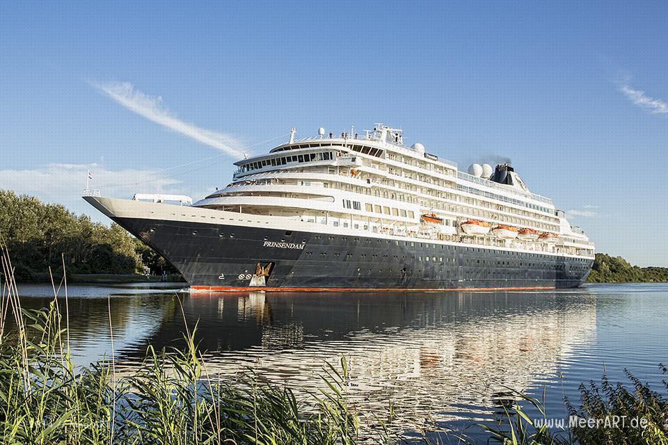 """Das Kreuzfahrtschiff """"PRINSEDAM"""" im Nord-Ostsee-Kanal bei Hohenhörn // Foto: MeerART"""