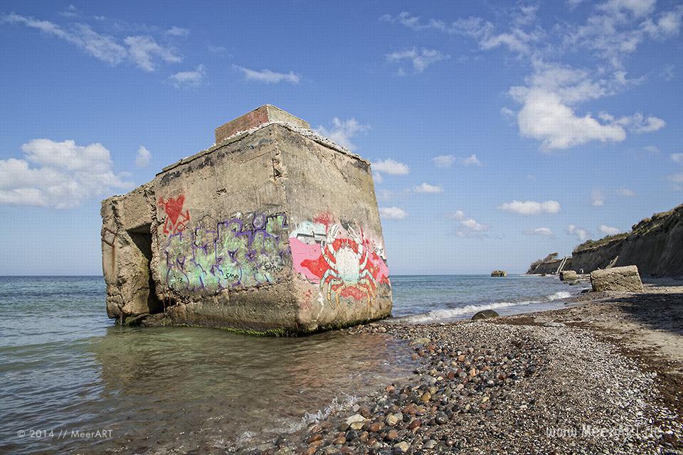 Teile eines alten NVA-Bunkers in der Ostsee am Steilufer bei Ahrenshoop // Foto: MeerART