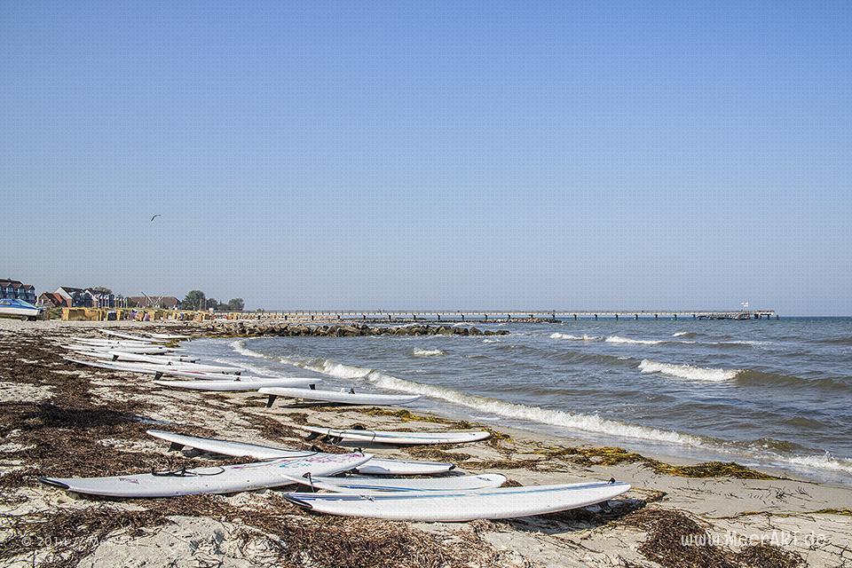 Surfbretter an der Ostsee bei der Surfschule am Schönberger Strand // Foto: MeerART