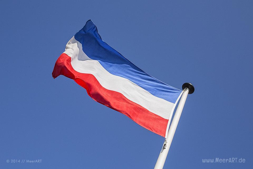 Flagge von Schleswig-Holstein am Schönberger Strand // Foto: MeerART