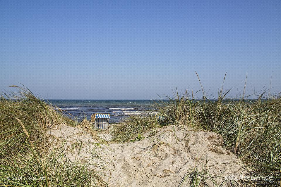 Strandkorb hinter den Dünen an der Ostsee beim Schönberger Strand // Foto: R. Kerpa