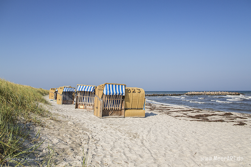 Strandkörbe hinter den Dünen an der Ostsee beim Schönberger Strand // Foto: R. Kerpa