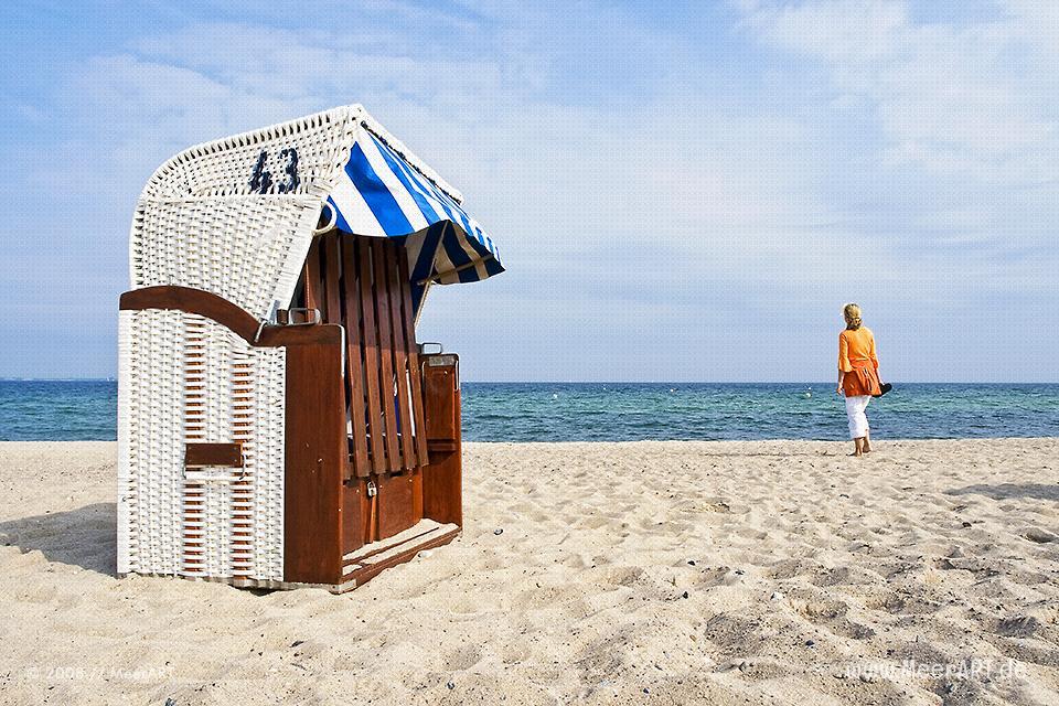 Claudia an einem Strandabschnitt an der Ostsee in Niendorf // Foto: MeerART