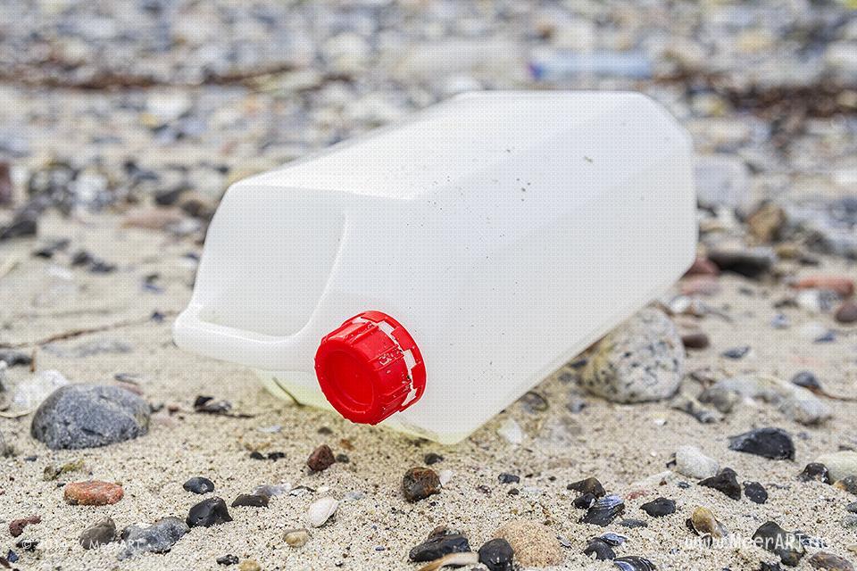 Plastikmüll am Ostseestrand in Marienleuchte auf Fehmarn // Foto: MeerART