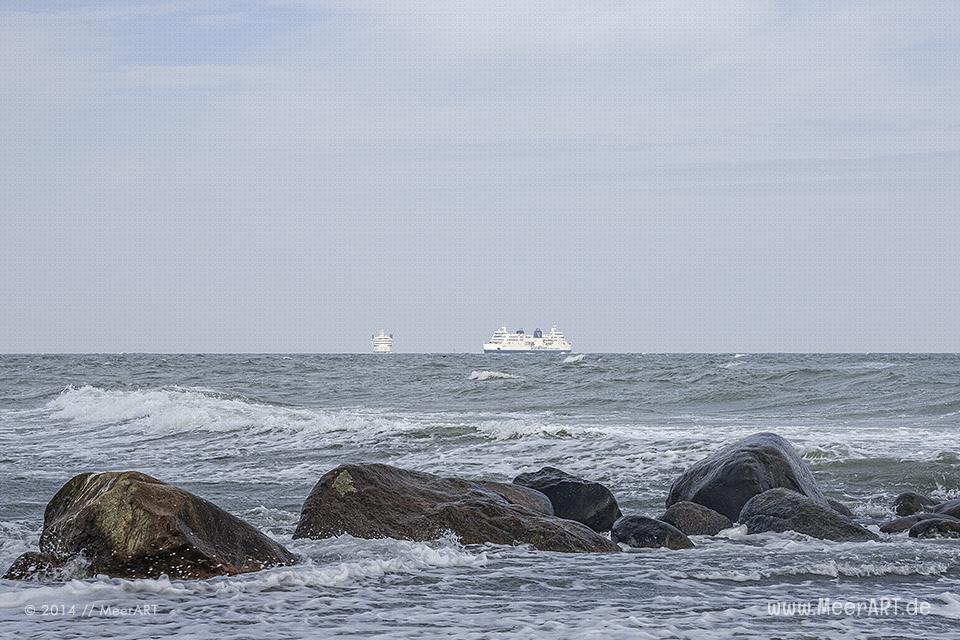 Fähren der Vogelfluglinie auf der Ostsee vor Puttgarden auf Fehmarn // Foto: MeerART