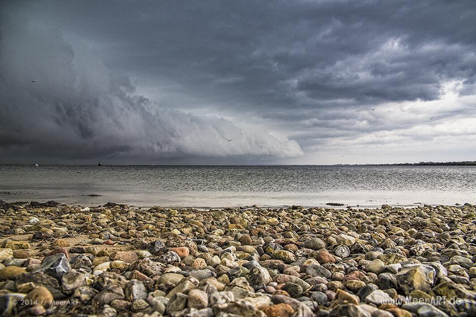 Eine dunkle Wolkenfront zieht über Fehmarn in Richtung Festland // Foto: MeerART