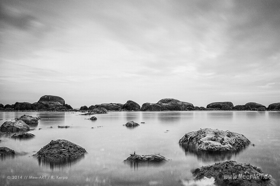Steine im Wasser an einem Strandabschnitt bei Katharinenhof auf der Ostseeinsel Fehmarn // Foto: R. Kerpa