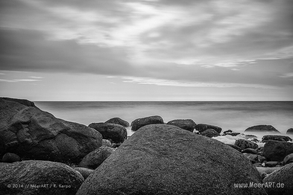 Stein im Wasser an einem Strandabschnitt bei Staberhuk auf der Ostseeinsel Fehmarn // Foto: Ralph Kerpa