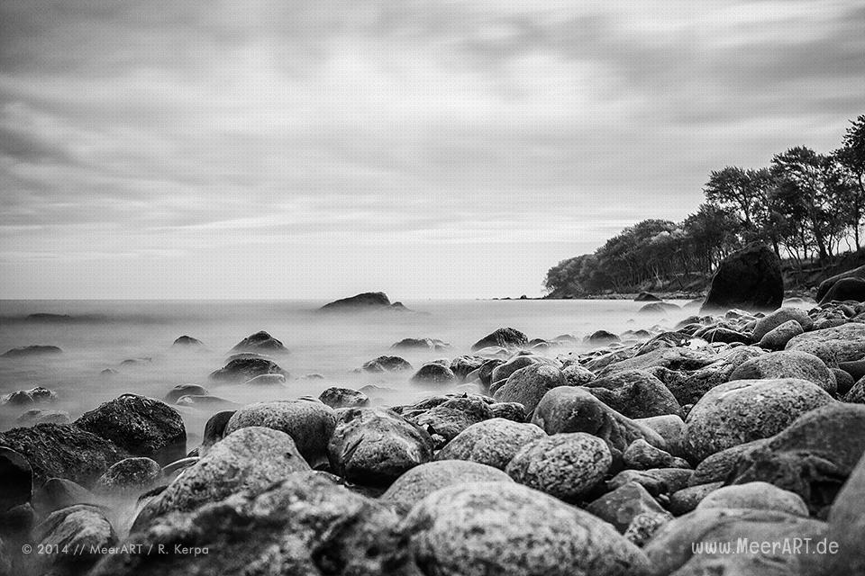 Steine im Wasser an einem Strandabschnitt bei Katharinenhof auf der Ostseeinsel Fehmarn // Foto: Ralph Kerpa