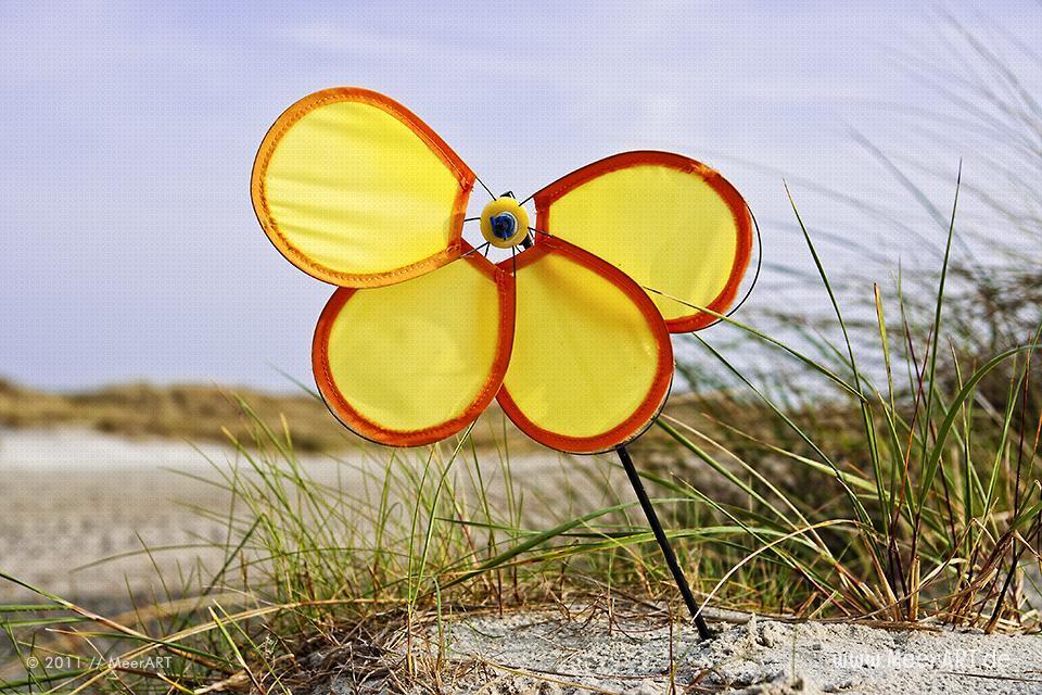 Ein defektes Spielzeug Windrad am Strand an der Ostsee // Foto: R. Kerpa