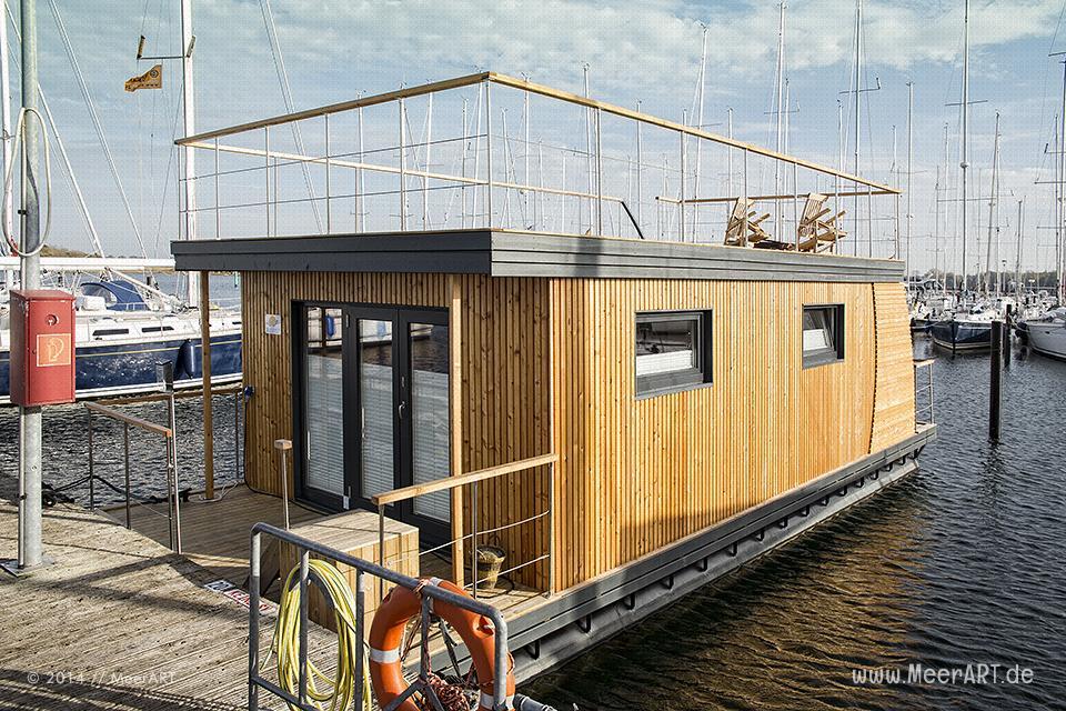 STERN-Hausboot an seinem Liegeplatz // Foto: MeerART
