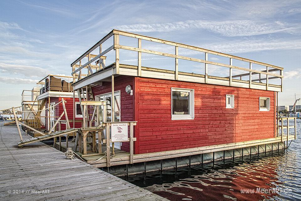 STERN-Hausboot an ihrem Liegeplatz // Foto: MeerART