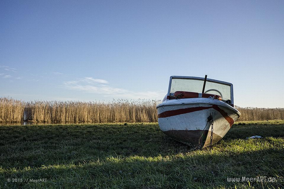 Ein Motorboot am Ufer bei einem Naturschutzgebiet in der Wismarer Bucht // Foto: MeerART