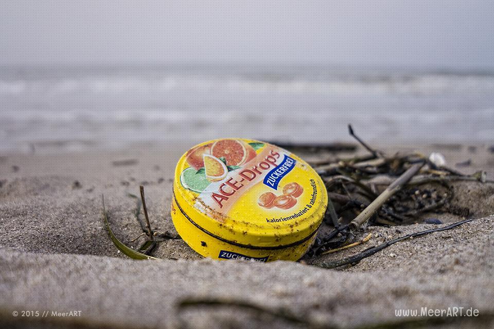 Eine weggeworfene Blechdose an einem Strandabschnitt auf der Halbinsel Priwall // Foto: MeerART