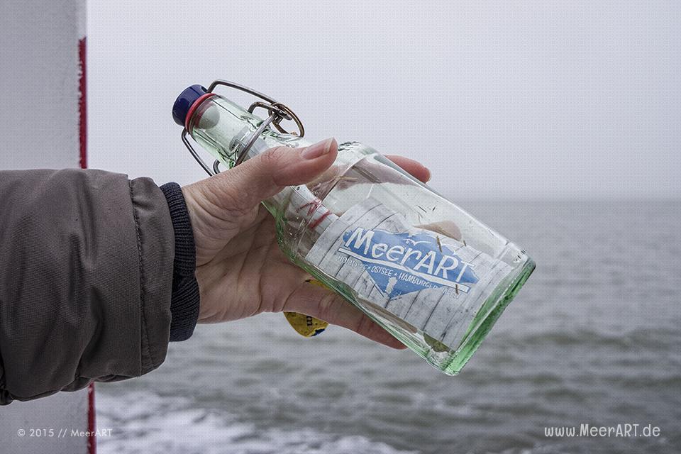 Die auf der Elbinsel in Geesthacht gefundene Flaschenpost auf Kiel ist wieder auf Reisen. (Nordsee zwischen Dagebüll und Amrum) // Foto: MeerART