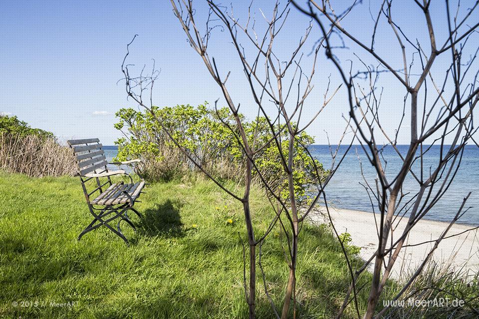 Eine Gartenbank in einem privatem Anwesen direkt am Ostseestrand von Kronsgaard // Foto: MeerART