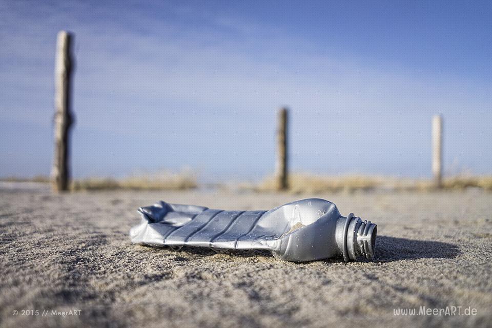 Plastikflasche am Strand von St. Peter-Ording // Foto: MeerART