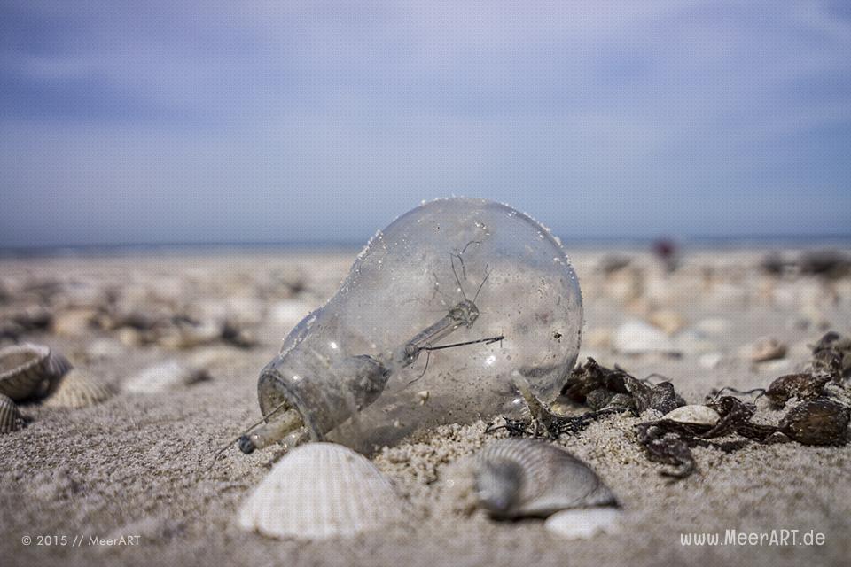 Eine kaputte Glühbirne am Nordseestrand von Amrum // Foto: MeerART