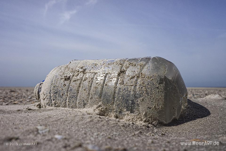 Plastikmüll am Nordseestrand von Amrum // Foto: MeerART