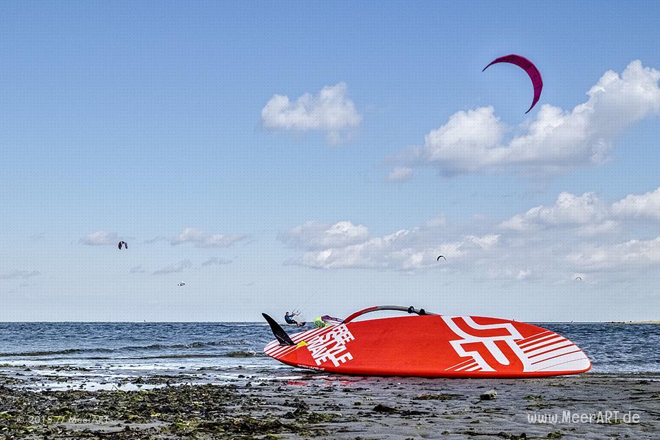 Kitesurfer auf der Ostsee vor der Insel Poel // Foto: MeerART