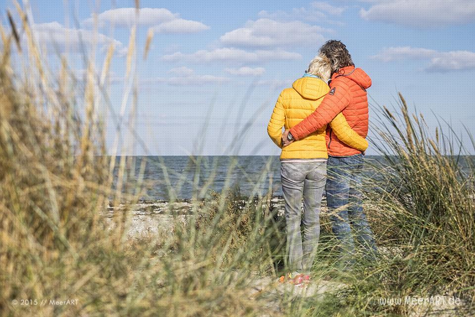Ein sonniger Tag am idyllischen Naturstrand beim Niobe Denkmal auf Fehmarn // Foto: MeerART