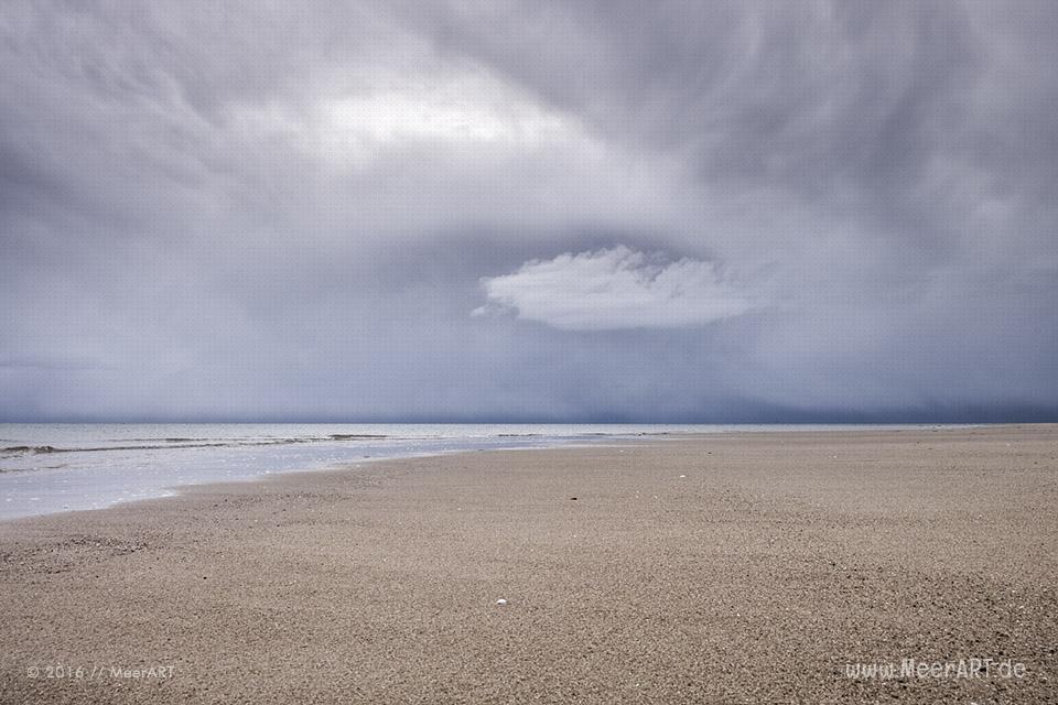 Dunkle Wolken über den Strand von Weidefeld // Foto: MeerART / Ralph Kerpa