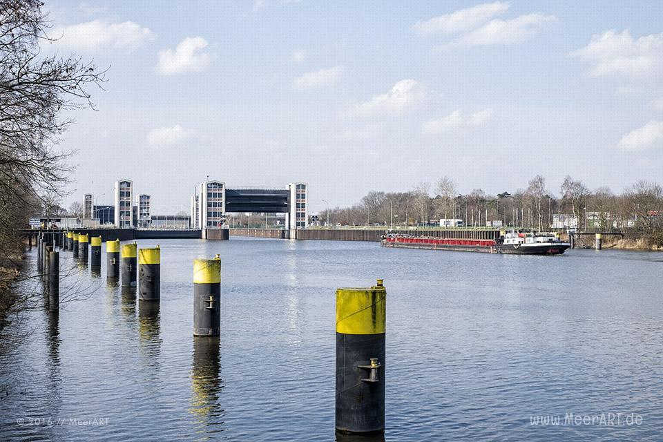 Der Schleusenkanal mit der Schleuse in Geesthacht // Foto: MeerART