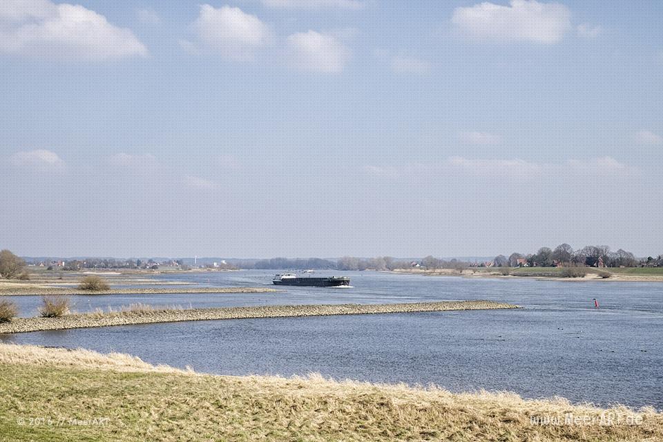Binnenschiffe auf der Elbe bei Altengamme // Foto: MeerART