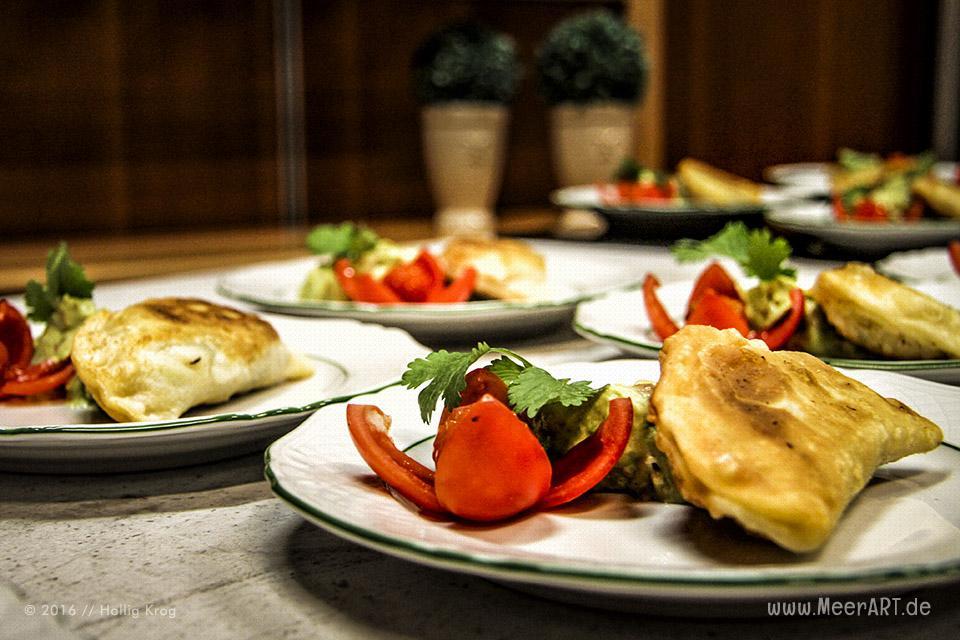 Rezept-Tipp: Nordseekrabben-Empanada mit Avocadodip von Erik Brack // Foto: Hallig Krog