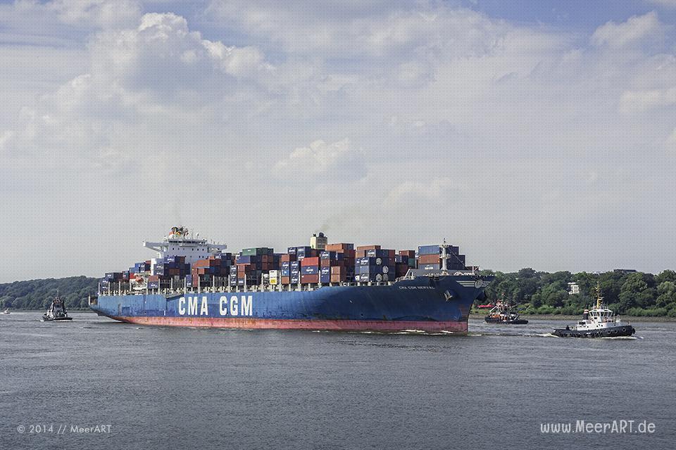 """Containerschiff """"CMA CGM NERVAL"""" auf der Elbe vor dem Hamburger Hafen // Foto: MeerART"""