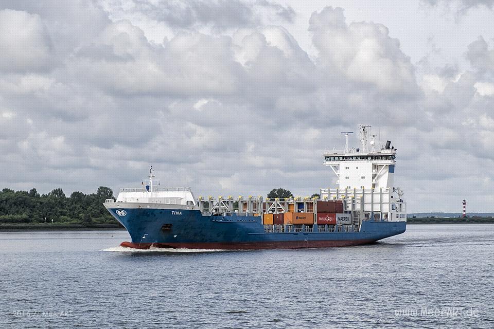"""Das Feederschiff """"TINA"""" (IMO 9277383) auf der Elbe kurz vor dem Hamburger Hafen // Foto: MeerART"""
