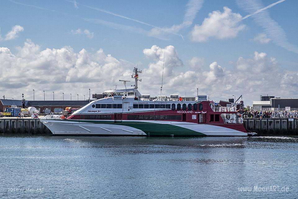 """Der """"HALUNDER JET"""" im Hafen der Hochseeinsel Helgoland // Foto: MeerART"""