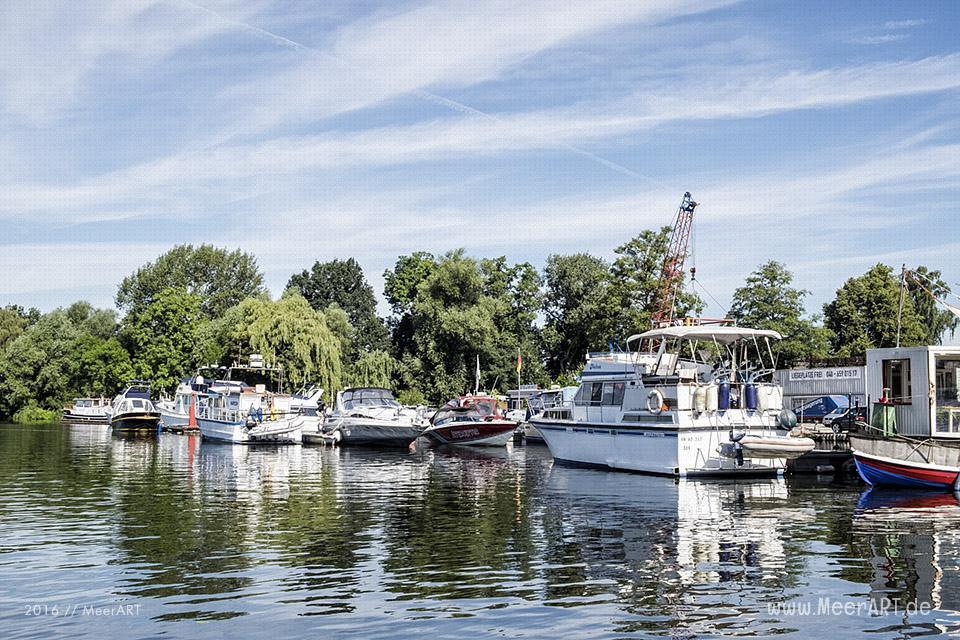 Motorboote im Yachthafen an der Dove-Elbe bei Moorfleet // Foto: MeerART