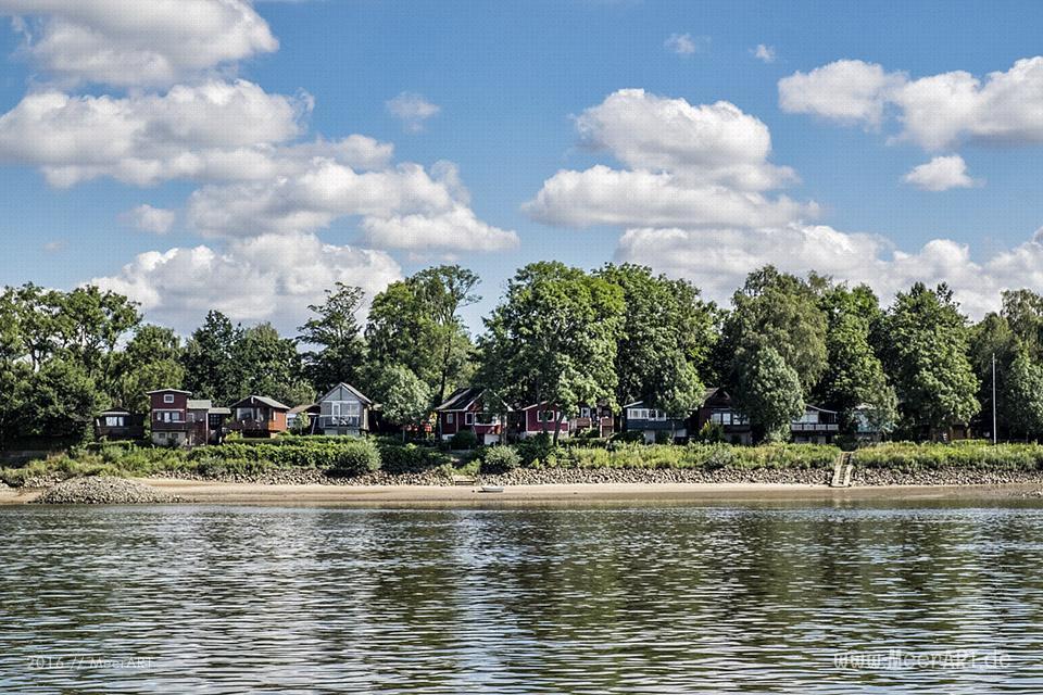 Kleine Ferien- und Wochenendhäuser direkt an der Elbe in Over // Foto: MeerART