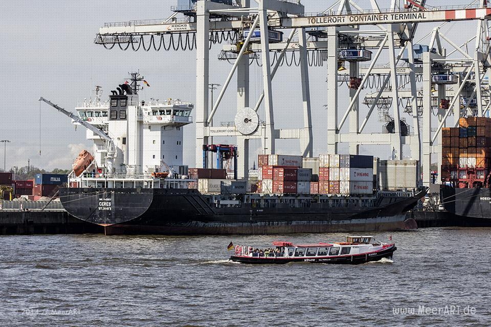 """Das Feederschiff """"CERES"""" (IMO 9429211) am Containerterminal """"TOLLERORT"""" im Hamburger Hafen // Foto: MeerART"""