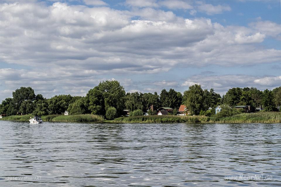 Kleine Ferien- und Wochenendhäuser direkt an der Elbe in Overwerder // Foto: MeerART