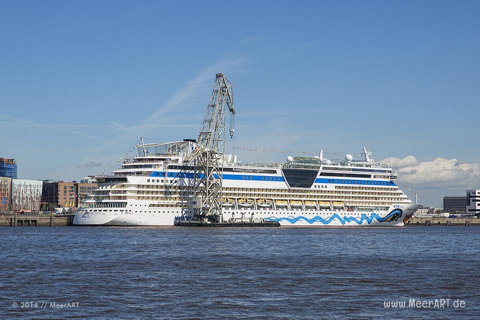 """Die """"AIDAluna"""" bekommt am Crusie Center HafenCity in Hamburg per Schwimmkran der HHLA neue Rettungsinseln // Foto: MeerART"""